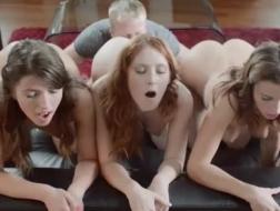 Des filles douces de CFNM sucent des strip-teaseuses