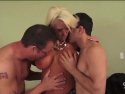 Rubia bronceada se ha conectado con un chico del vecindario para tener sexo con él, sin cargo alguno