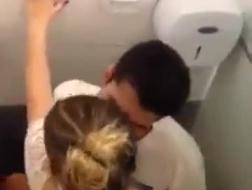 Tieners badkamer sex party ass trekken actie