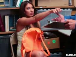 Неприятная девчонка, Давина делает разные фото на работе, чтобы оживить свою работу
