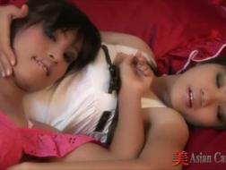 Babes lesbiennes asiatiques jouant