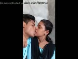 Beso adolescente delante de mujeres maduras