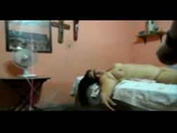 Dojrzała pani Raven Bayex lubi robić filmy porno z młodszym facetem w pokoju hotelowym