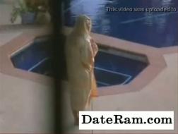 Uma vez que dois filhotes são pegos traindo na piscina, eles são forçados a compartilhar um pau gordo