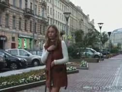La ragazza sensuale e il suo ragazzo scopano come animali selvaggi e gemono di piacere durante gli orgasmi