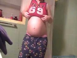 Gravid shemale onanerer på knærne