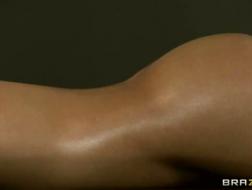 Asa Akira sa che un massaggio rilassante la soddisferebbe più che farlo da sola