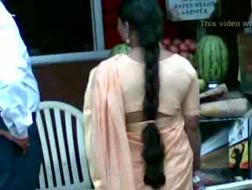 Grappige brunette met lang haar doet haar best om haar vriendje te vermaken terwijl hij video's probeert te maken