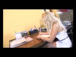 Secretaria caliente en traje de rejilla se quitó las bragas y se la follan duro en su escritorio