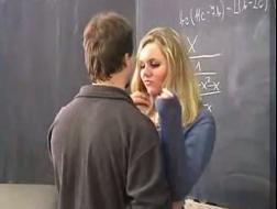 De student met de grootste lange harige leraar