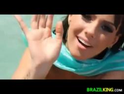 Braziliaanse babe vrijt met haar vriendin en heeft een hete, hete sex orgie