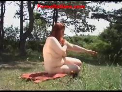 Mulher italiana gorda com óculos gosta de fazer sexo anal suave, na frente da câmera
