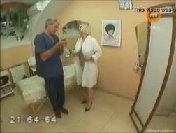 Naakte blonde heeft vrijblijvende seks met haar huisbaas, omdat ze van hun keiharde lul houdt