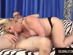 Dojrzała kobieta po pięćdziesiątce uprawia przypadkowy seks z facetem, w którym jest zakochana