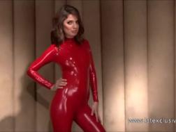 Thornie tenue en latex et chaussettes rouges jusqu'à sa croupe