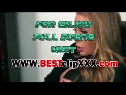 Nicole Aniston pompowała na niebieskiej skórzanej sofie