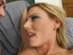 Hete brunette knaller met ronde boobies rijden en pik zuigen