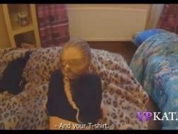 Rubia gordita se fue a dormir usando solo una falda amarilla mientras su ingenuo esposo hacía un video porno