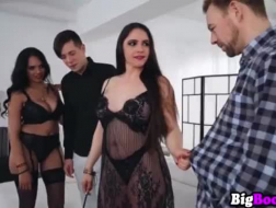 Julia la Croft ein schwarzer Kerl hat Sex mit einer Frau mit Monstertitten