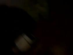 Pintinho sonolento recebe seu bichano de chocolate dedos por sua amiga lésbica