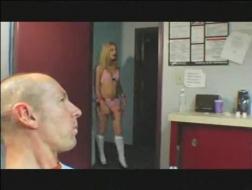Une blonde salope suce une grosse bite noire, tandis qu'une autre fille en suce une énorme