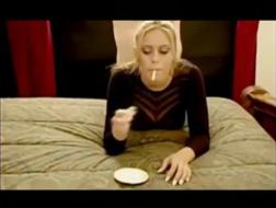 Блондинка получает большой кончил после дикого траха