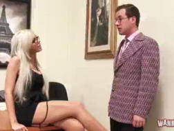 Weelderige blonde secretaresse doet een jongen