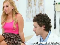 lexi belle visita seu médico para obter uma opinião profissional em seus peitos