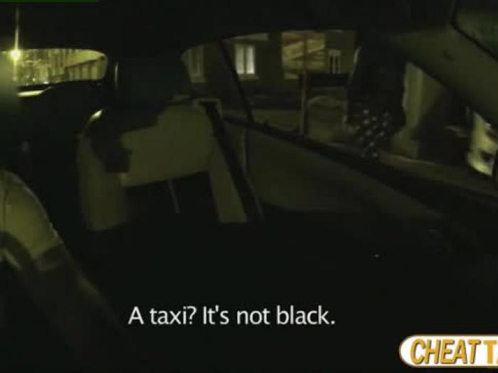 super hot en super-sexy euro vrouwelijke Valentina wordt gelegd in de taxi