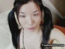 ładne asian nastolatka worek orzechów fellating