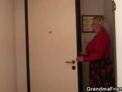 samotna babcia rozciąga Gams na 2 mechanikom