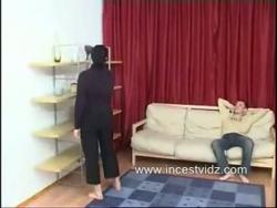 filho esmaga sua mãe ninfomaníaca